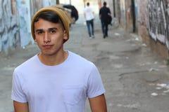 Ισπανικό αστικό νέο αγόρι στον τρόπο αλεών Στοκ Εικόνα