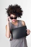 Ισπανικό επαναστατικό πρότυπο brunette με το afro όπως την τρίχα Στοκ Εικόνα