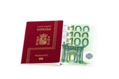 Ισπανικό διαβατήριο με τα τραπεζογραμμάτια νομίσματος ευρωπαϊκών ενώσεων Στοκ εικόνα με δικαίωμα ελεύθερης χρήσης
