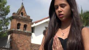 Ισπανικό κορίτσι εφήβων που προσεύχεται στην εκκλησία απόθεμα βίντεο