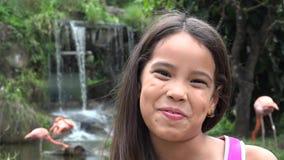 Ισπανικό κορίτσι κοντά στον καταρράκτη απόθεμα βίντεο