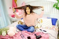 Ισπανικό κορίτσι λυπημένο για την ακατάστατη τρίχα Στοκ εικόνες με δικαίωμα ελεύθερης χρήσης