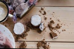 Ισπανικό κουλουράκι στο ξύλινο υπόβαθρο με το πιάτο και τη ζάχαρη Στοκ Φωτογραφίες