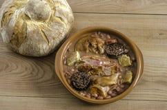 Ισπανικό κόκκινο stew φασολιών με το podrida eartheOlla, ισπανικό κόκκινο stew φασολιών με chorizo, χοίρων και αίματος το λουκάνι Στοκ Εικόνα