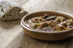 Ισπανικό κόκκινο stew φασολιών με το podrida eartheOlla, ισπανικό κόκκινο stew φασολιών με chorizo, χοίρων και αίματος το λουκάνι Στοκ φωτογραφίες με δικαίωμα ελεύθερης χρήσης