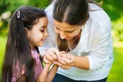 Ισπανικό οικογενειακό παιχνίδι στο ηλιόλουστο πάρκο Στοκ εικόνα με δικαίωμα ελεύθερης χρήσης