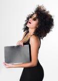 Ισπανικό πρότυπο που φορά το μαύρο προκλητικό φόρεμα και Στοκ Φωτογραφίες