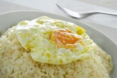 Ισπανικό arroz ένα cubana Λα, ένα χαρακτηριστικό πιάτο ρυζιού στην Ισπανία Στοκ εικόνα με δικαίωμα ελεύθερης χρήσης
