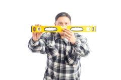 Ισπανικό Handyman χρησιμοποιώντας το επίπεδο Στοκ φωτογραφία με δικαίωμα ελεύθερης χρήσης