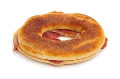 Ισπανικό rosca de jamon serrano, ένα doughnut-διαμορφωμένο ζαμπόν serrano sandw Στοκ εικόνες με δικαίωμα ελεύθερης χρήσης