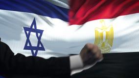 Ισραήλ εναντίον της αντιμετώπισης της Αιγύπτου, διαφωνία χωρών, πυγμές στο υπόβαθρο σημαιών φιλμ μικρού μήκους