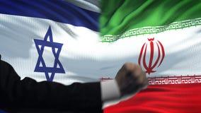 Ισραήλ εναντίον της αντιμετώπισης του Ιράν, διαφωνία χωρών, πυγμές στο υπόβαθρο σημαιών απόθεμα βίντεο
