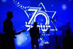 Ισραήλ 70 επέτειος, ανεξαρτησία Dayt, σκιαγραφία φορείς στο υπόβαθρο του ισραηλινού άσπρου αστεριού Στοκ Εικόνα