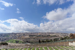 Ισραήλ Ιερουσαλήμ - 15 Φεβρουαρίου 2017 Άποψη της παλαιάς πόλης από την κορυφή του υποστηρίγματος των ελιών εβραϊκός παλαιός νεκρ Στοκ Φωτογραφίες