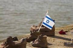 Ισραηλινή σημαία στα παπούτσια στο Δούναβη Βουδαπέστη Ουγγαρία στοκ φωτογραφίες