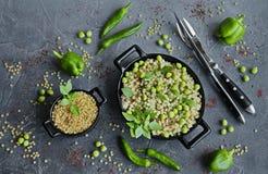 Ισραηλινό κουσκούς ptitim με τα λαχανικά και τα πράσινα μπιζέλια στοκ φωτογραφίες με δικαίωμα ελεύθερης χρήσης