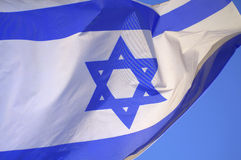 Ισραηλινή κυματίζοντας κινηματογράφηση σε πρώτο πλάνο σημαιών στοκ εικόνα