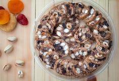 Ισραηλινό γλυκό μπισκότων ξύλων καρυδιάς που γίνεται με τα καρύδια μελιού και φυστικιών οριζόντιο, αγροτικό ύφος Ξύλινη ανασκόπησ Στοκ Εικόνες