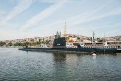 Ιστανμπούλ, στις 17 Ιουνίου 2017: Ένα υποβρύχιο και ένα σκάφος κοντά στην ακτή δίπλα στις πολυκατοικίες στο ευρωπαϊκό μέρος Στοκ φωτογραφία με δικαίωμα ελεύθερης χρήσης