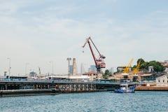 Ιστανμπούλ, στις 17 Ιουνίου 2017: Βιομηχανικό μέρος της πόλης Εξαγωγή της άμμου και άλλων μεταλλευμάτων από τους γερανούς και άλλ Στοκ εικόνα με δικαίωμα ελεύθερης χρήσης