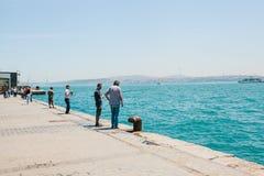 Ιστανμπούλ, στις 17 Ιουνίου 2017: Παραδοσιακό τουρκικό χόμπι αλιείας Πολλοί άνθρωποι αλιεύουν Συνηθισμένη ζωή στην Τουρκία Στοκ φωτογραφία με δικαίωμα ελεύθερης χρήσης