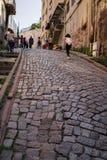 Ιστανμπούλ, Τουρκία †«στις 29 Απριλίου 2018: Οι περαστικοί περπατούν επάνω τη στενή στρωμένη οδό σε Balat, μια από τις ιστορικέ στοκ εικόνες
