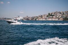 Ιστανμπούλ, Τουρκία - Ιούλιος Άποψη της πόλης και μιας επιπλέουσας βάρκας στο μπλε νερό από το Bosphorus Στοκ εικόνες με δικαίωμα ελεύθερης χρήσης