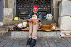Ιστανμπούλ, Τουρκία - 20 Μαΐου 2018: Ηληκιωμένος με τα χαμόγελα γατών οδών στη κάμερα στην περιοχή Taksim στοκ εικόνες