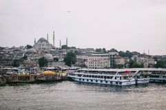 Ιστανμπούλ, Τουρκία - τον Ιούλιο του 2014 Άποψη της Ιστανμπούλ, των βαρκών και του μπλε μουσουλμανικού τεμένους από τη γέφυρα Gal Στοκ Φωτογραφίες