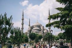 Ιστανμπούλ, Τουρκία - τον Ιούλιο του 2014 Τουρίστες το καλοκαίρι στο πάρκο στο μπλε μουσουλμανικό τέμενος Στοκ Εικόνα