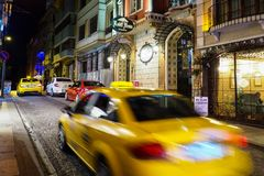 ΙΣΤΑΝΜΠΟΎΛ, ΤΟΥΡΚΙΑ - 21 ΑΥΓΟΎΣΤΟΥ 2018: κίτρινο αμάξι ταξί στη θαμπάδα κινήσεων στοκ φωτογραφία