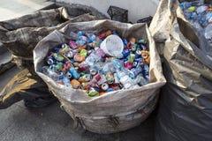ΙΣΤΑΝΜΠΟΎΛ, ΤΟΥΡΚΙΑ - 23 Αυγούστου 2015: Χρησιμοποιημένα συντριμμένα δοχεία ποτών α Στοκ Εικόνες