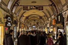 ΙΣΤΑΝΜΠΟΎΛ, ΤΟΥΡΚΙΑ - 30 ΔΕΚΕΜΒΡΊΟΥ 2015: Συσσωρευμένη οδός στο μεγάλο Bazaar κατά τη διάρκεια της ώρας κυκλοφοριακής αιχμής Το μ Στοκ φωτογραφία με δικαίωμα ελεύθερης χρήσης