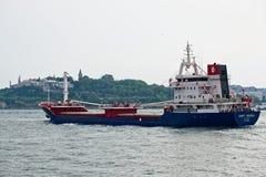 ΙΣΤΑΝΜΠΟΎΛ, ΤΟΥΡΚΙΑ - 24 ΜΑΐΟΥ: Άποψη ενός σκάφους που ταξιδεύει κάτω από το Bosphorus στη Ιστανμπούλ Στοκ εικόνα με δικαίωμα ελεύθερης χρήσης