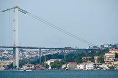 ΙΣΤΑΝΜΠΟΎΛ, ΤΟΥΡΚΙΑ - 24 ΜΑΐΟΥ: Άποψη της γέφυρας Bosphorus στη Ιστανμπούλ Στοκ Φωτογραφίες