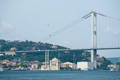 ΙΣΤΑΝΜΠΟΎΛ, ΤΟΥΡΚΙΑ - 24 ΜΑΐΟΥ: Άποψη της γέφυρας Bosphorus στη Ιστανμπούλ Στοκ Εικόνες