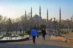 ΙΣΤΑΝΜΠΟΎΛ, ΤΟΥΡΚΙΑ - 24 ΜΑΡΤΊΟΥ 2012: Το μπλε μουσουλμανικό τέμενος στο φως πρωινού στοκ εικόνες