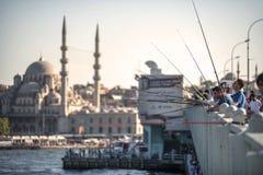 ΙΣΤΑΝΜΠΟΎΛ, ΤΟΥΡΚΙΑ - ΥΧΕ 09: Ψαράδες στη γέφυρα Galata Istamb Στοκ Φωτογραφία