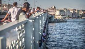 ΙΣΤΑΝΜΠΟΎΛ, ΤΟΥΡΚΙΑ - ΥΧΕ 09: Ψαράδες στη γέφυρα Galata Istamb Στοκ φωτογραφία με δικαίωμα ελεύθερης χρήσης