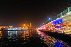 ΙΣΤΑΝΜΠΟΎΛ - 19 ΤΟΥ ΝΟΕΜΒΡΙΟΥ: Γέφυρα Galata με τους ψαράδες ανωτέρω και το ρ Στοκ εικόνα με δικαίωμα ελεύθερης χρήσης