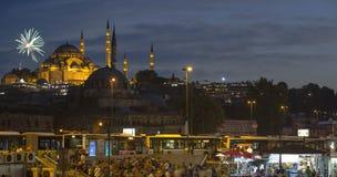 Ιστανμπούλ αποκαλούμενη Eminonu, πυροτεχνήματα με το λυκόφως Στοκ Εικόνες