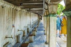 Ιστανμπούλ, Τουρκία Βρύσες για την πλύση πριν από την προσευχή στο μπλε μουσουλμανικό τέμενος Στοκ εικόνες με δικαίωμα ελεύθερης χρήσης
