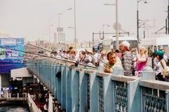 Ιστανμπούλ, Τουρκία - 18 Μαΐου 2012: Οι άνθρωποι αλιεύουν από τη γέφυρα Galata στη Ιστανμπούλ Στοκ Εικόνα