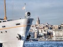 Ιστανμπούλ, Τουρκία - 30 Νοεμβρίου 2013: Δύο εικονίδια της Ιστανμπούλ, ο πύργος Galata και ένα πορθμείο passanger Στοκ Εικόνες