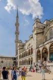 Ιστανμπούλ, Τουρκία Τουρίστες που επισκέπτονται το μπλε μουσουλμανικό τέμενος Στοκ εικόνες με δικαίωμα ελεύθερης χρήσης