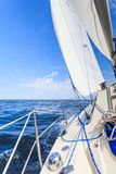 Ιστιοπλοϊκό sailboat γιοτ που πλέει στον ωκεανό θάλασσας Στοκ Εικόνες