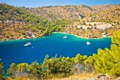 Ιστιοπλοϊκός κόλπος στην ακτή νησιών Brac στοκ εικόνα με δικαίωμα ελεύθερης χρήσης