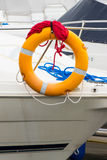 Ιστιοπλοϊκό, μπλε και κόκκινο σχοινί με πορτοκαλή lifebuoy sailboat Στοκ Φωτογραφία