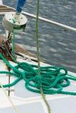 Ιστιοπλοϊκό, πράσινο σχοινί στη γέφυρα sailboat, λεπτομέρειες του γιοτ Στοκ Εικόνες