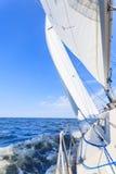 Ιστιοπλοϊκό sailboat γιοτ που πλέει στον ωκεανό θάλασσας Στοκ φωτογραφία με δικαίωμα ελεύθερης χρήσης